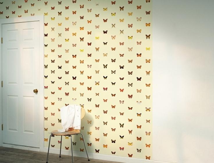 Vlinders op een lichtgele ondergrond behang op rol for Wat kost een rol behang